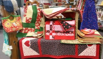 Beautiful quilted placemats, table runners & handbags by Maggie